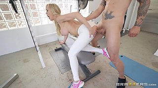 Blonde fit bombshell Brandi Love gets a facial at the gym
