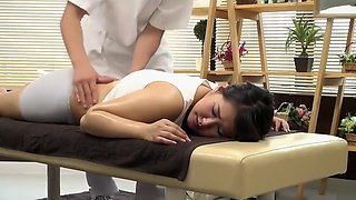 Sensual massage turns into a proper pussy-rubbing session