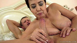 Horny mature mommy gets her ruined snatch licked by a hot guy